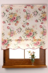 Рулонная штора с узором из роз