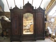 Антикварна шафа в готичному стилі