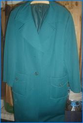 Пальто женское осеннее темно-зеленого цвета