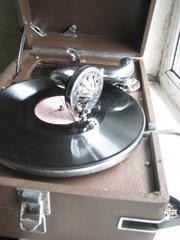 Продам старинный граммофон в хорошем состоянии с множеством пластинок.