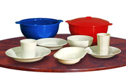 Пластмассовая многоразовая посуда для горячих и холодных блюд.