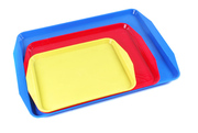 Пластмассовые столовые подносы разных размеров и цветов.